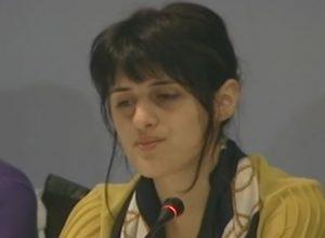 Saranda Bogujevci svedoči na Forumu za tranzicionu pravdu 2014. (Foto: Inicijativa za REKOM)