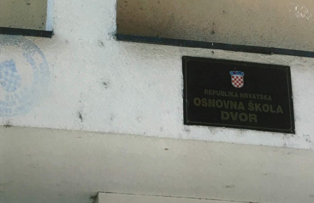 A sign at the school in Dvor in 1995. Source: Danish State Attorney.