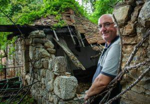 Miloš Rusić ispred kuće svoje bake (Tom Dubravec/Hanza Media/SD)