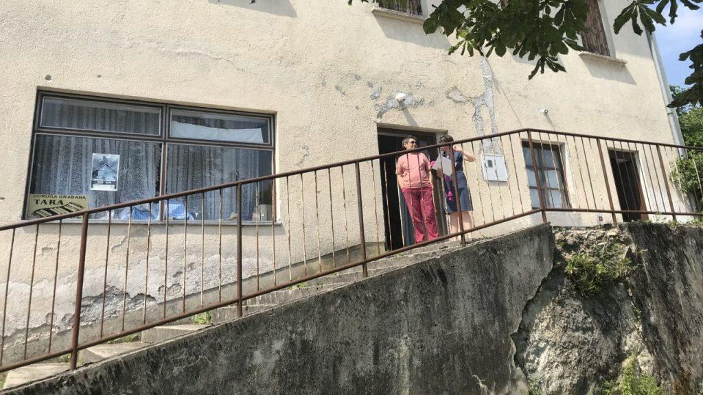 """Sonja Leka (L) ispred prostorije udruženja """"Tara"""" (Foto: BIRN)"""