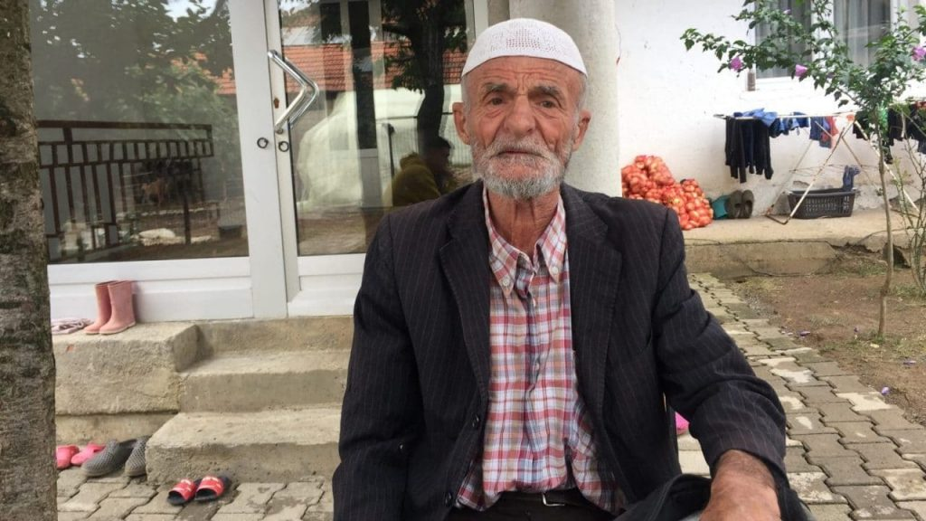 Zenun Xhemajli, i cili humbi djemtë e tij në luftë, në shtëpinë e tij në fshatin Rracaj, Kosovë. (Foto: BIRN)