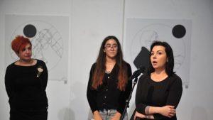 Jovana Kolarić, Jelena Jaćimović, Ivana Žanić na otvaranju izložbe Archiwar